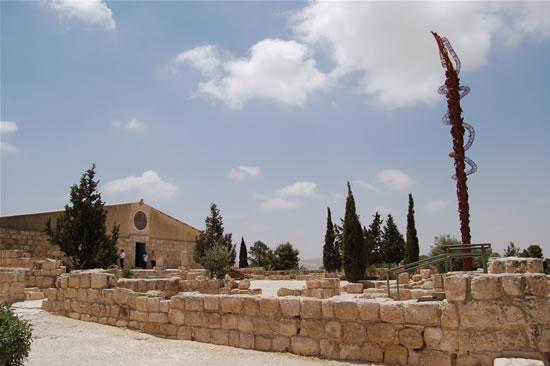Lo spazio antistante la basilica del Memoriale di Mosè, sul Monte Nebo. A destra la scultura del Simbolo cristologico, che s'affaccia sulla «terra promessa». (le foto sono di G. Caffulli)