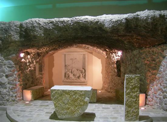 Damasco. Il presbiterio della nuova cappella che conserva la grotta in cui la tradizione ambienta la conversione dell'apostolo Paolo.