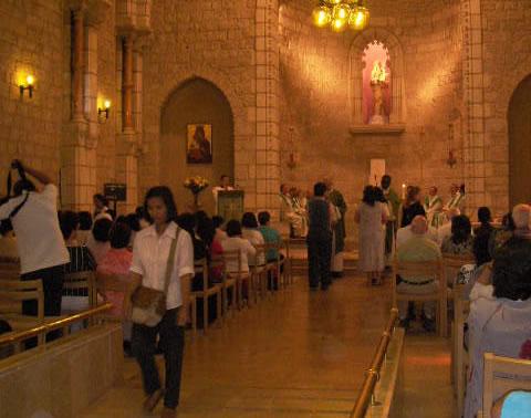 La Messa domenicale al Centro<i> Notre Dame </i>di Gerusalemme, momento di incontro per numerosi lavoratori filippini.