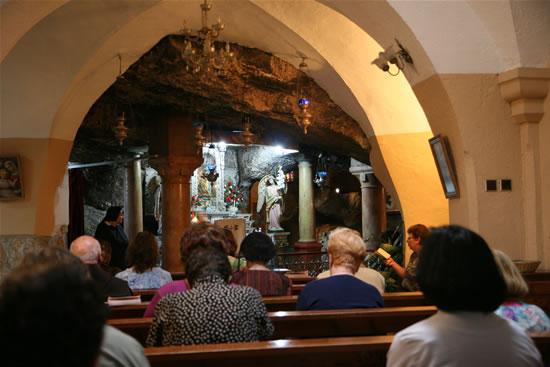 Betlemme, fedeli in preghiera nell'antico santuario della Grotta del Latte. (foto M. Gottardo)