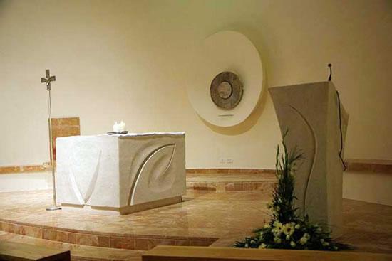 Il presbiterio del moderno luogo di culto cattolico, inaugurato nelle ultime ore del 2006.