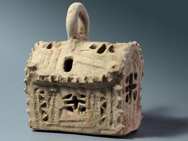 Il modellino in argilla di una chiesa probabilmente usato come lampada votiva. (foto C. Amit/Iaa)