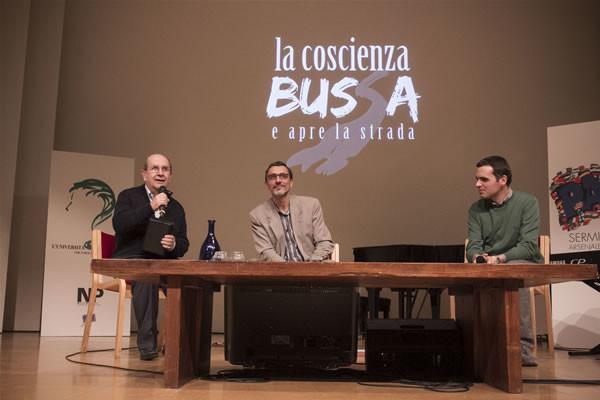 Padre Claudio Monge (al centro) introdotto da Ernesto Olivero alla serata del 4 ottobre al Sermig di Torino. (due foto di Andrea Gotico/NP)