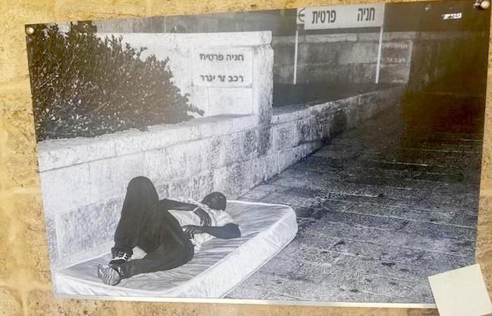 «Parcheggio privato». Adeeb ha dormito per strada e nella foto affronta questo passato doloroso. (foto House of Grace)