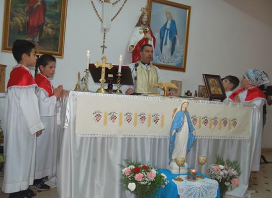 Padre Raymond celebra la Messa nella piccola chiesa ricavata in un seminterrato della capitale giordana. (foto G. Caffulli)