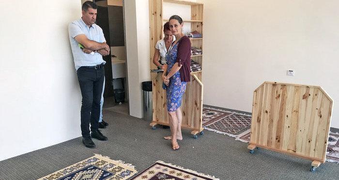 Lo spazio riservato ai musulmani con i tappeti per la preghiera.