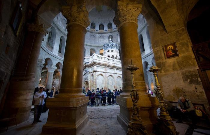 Nella basilica in fila per accedere alla piccola edicola che racchiude la tomba di Gesù. (foto Oded Balilty/AP - National Geographic)