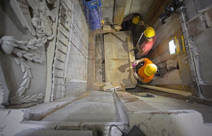 Gli operai rimuovono il rivestimento marmoreo della pietra sepolcrale di Gesù. (foto: Oded Balilty - AP/National Geographic).