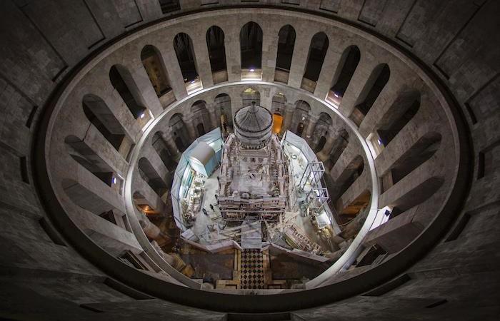 L'edicola del Santo Sepolcro, vista dall'alto, a cantiere di restauro aperto. (foto Oded Balilty - AP/National Geographic)