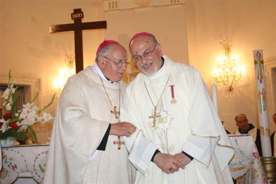 Monsignor Giuseppe Nazzaro, vescovo di Aleppo, con il vescovo di Ragusa mons. Paolo Urso (a destra).