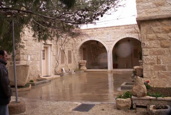 Monte Nebo (Giordania): uno dei cortiletti del complesso che ospita il convento francescano e il Memoriale di Mosè.