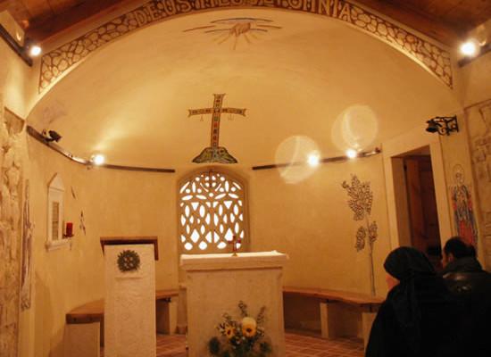 Monte Nebo (Giordania): sosta di preghiera e riflessione nella chiesetta del convento.