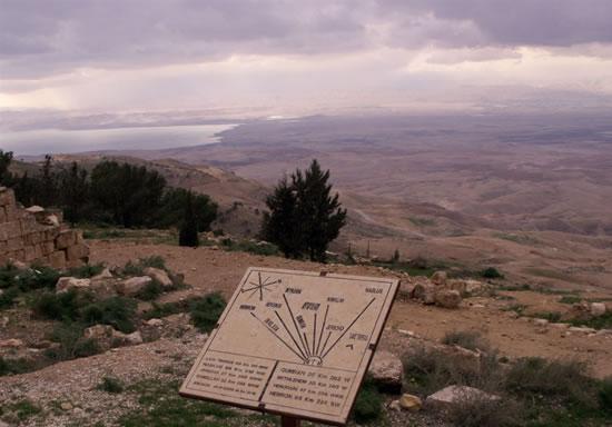 Monte Nebo (Giordania): una lapide segnala ai visitatori i principali punti di riferimento nell'ampio panorama che si offre ai loro occhi, così come, un tempo, a quelli di Mosè.