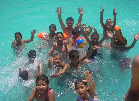 Uno dei momenti più attesi dai 65 partecipanti al campo estivo: il bagno in piscina. (foto<i> Caritas Jerusalem</i>)