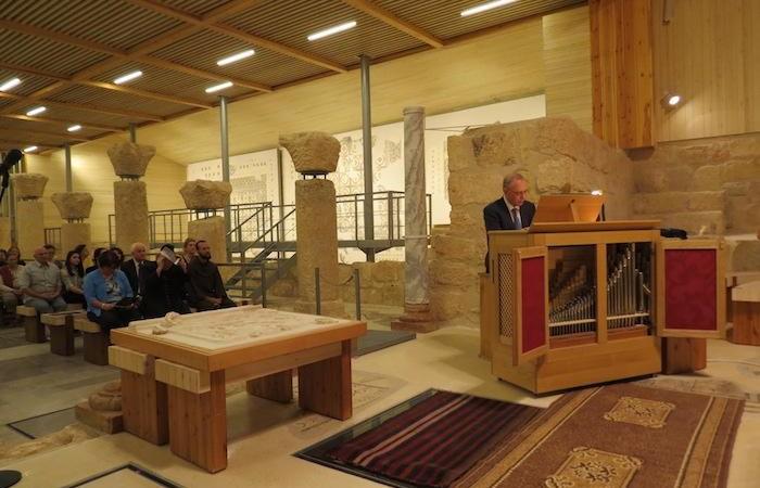 Il maestro Alessandro Licata all'organo nella basilica sul Monte Nebo (Giordania), nel concerto in memoria di fra Michele Piccirillo.