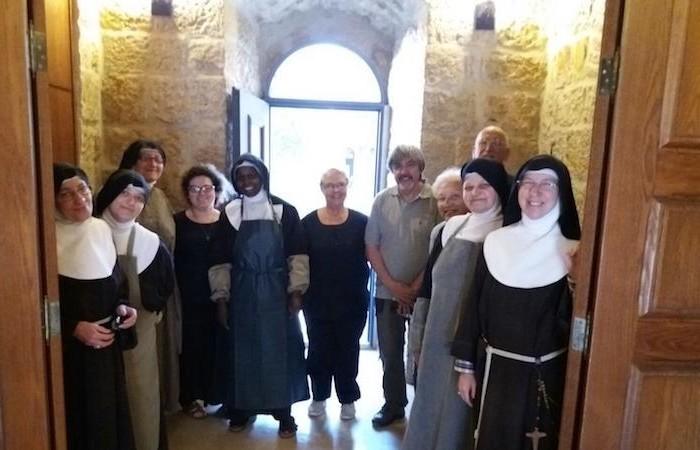 Gli ospitalieri dell'Ospitale dei Santi Chiara e Giacomo insieme alle clarisse. (foto Confraternita di San Jacopo di Compostella)