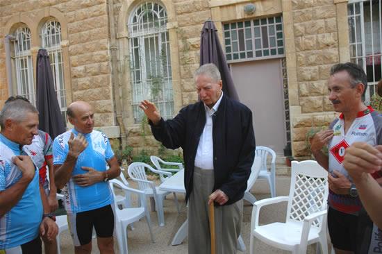 A Gerusalemme, giusto in tempo per l'appuntamento con il cardinale Carlo Maria Martini, che benedice.