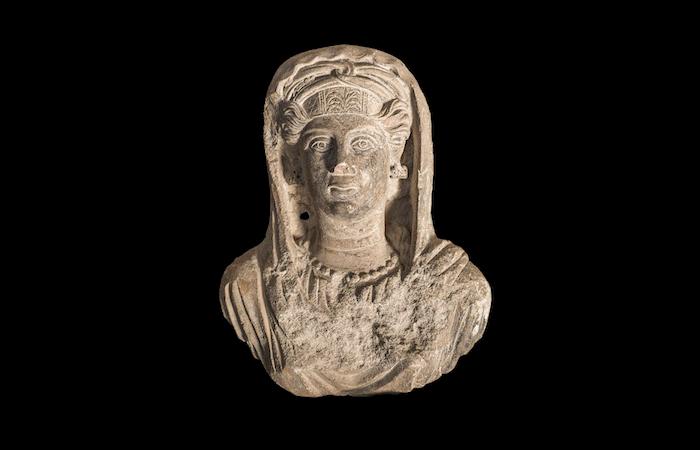 Busto muliebre da sarcofago palmireno, seconda metà II secolo d.C., Terra Sancta Museum, Gerusalemme. (foto Gianluca Baronchelli)