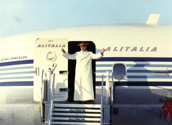 Paolo VI al suo arrivo all'aeroporto di Amman, in Giordania, il 4 gennaio 1964. (fotogallery 1/7)