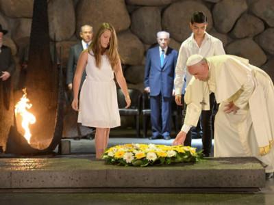 Francesco allo Yad Vashem: Vergogna per il male dell'uomo