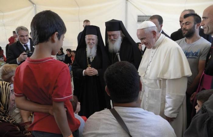 Il Papa tra i profughi a Lesbo, viaggio ecumenico e triste