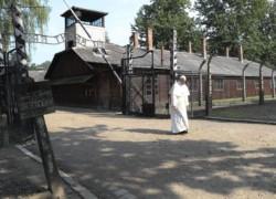 Un Papa silenzioso nell'orrore di Auschwitz