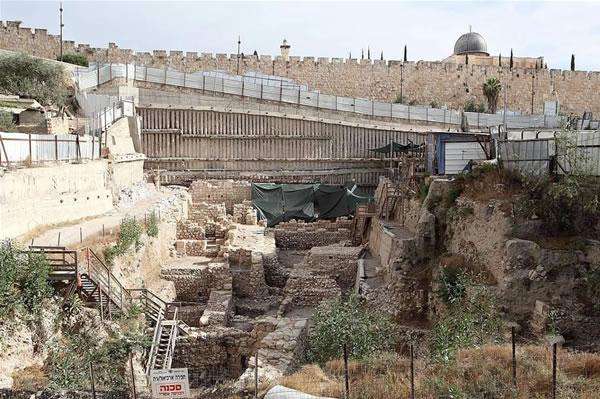 L'istantanea ci aiuta a situare gli scavi a ridosso delle mura di Gerusalemme Vecchia. Fa capolino la cupola della moschea di Al-Aqsa.