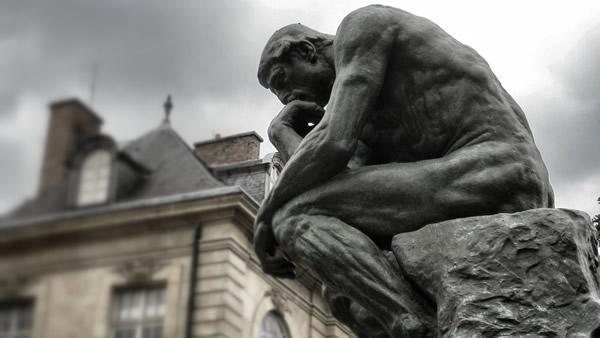 Il <i>Pensatore</i>, di Auguste Rodin. L'opera è esposta nei giardini del Museo Rodin a Parigi.