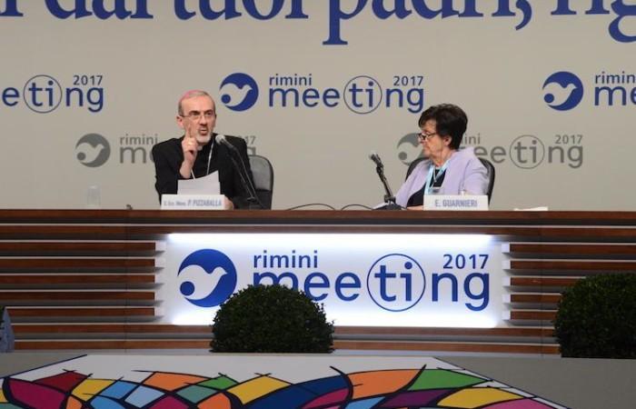 Accanto all'arcivescovo la presidente della Fondazione Meeting per l'amicizia fra i popoli, Emilia Guarnieri.