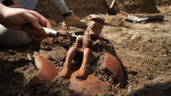 Durante lo scavo sono stati rinvenuti quasi tutti i frammenti della terracotta. Non restava che assemblarli. (foto Israel Antiquities Authority)