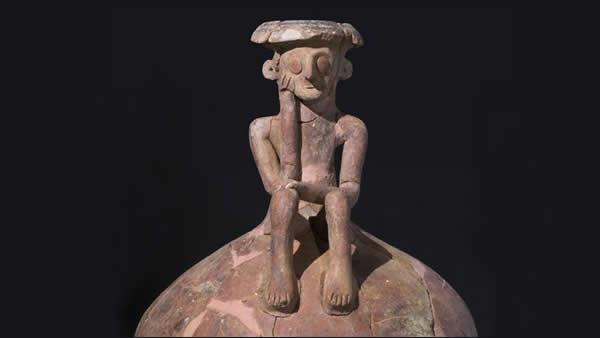La brocca ricomposta. La mano della figurina umana regge il mento come nella celebre scultura del <i>Pensatore</i> di Rodin. (foto IAA)