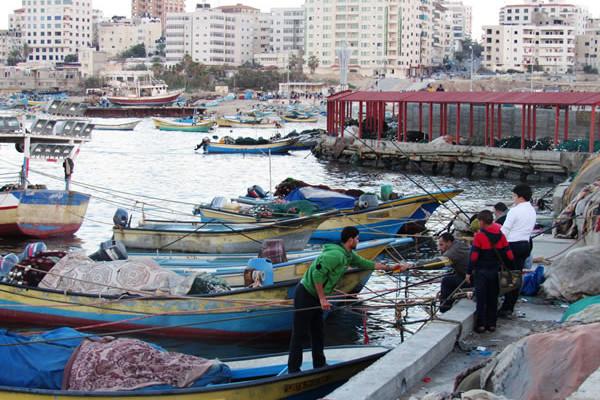 Gaza cerca di tornare alla vita di tutti i giorni. I pescatori sono risaliti sulle piccole barche mangiate dalla salsedine. (galleria fotografica di C. Cruciati, 1/3)