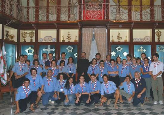 Gli<i> scout </i>attorniano il Custode di Terra Santa nella Sala della madreperla, nel convento di San Salvatore a Gerusalemme.