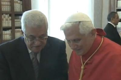 Benedetto XVI e il presidente palestinese Mahmoud Abbas durante l'incontro di ieri mattina in Vaticano.