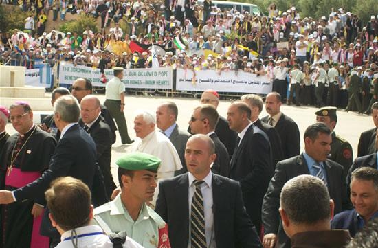 Benedetto XVI circondato dai servizi di sicurezza vaticani e giordani durante uno degli appuntamenti pubblici del suo pellegrinaggio. (le foto sono di C. Giorgi)