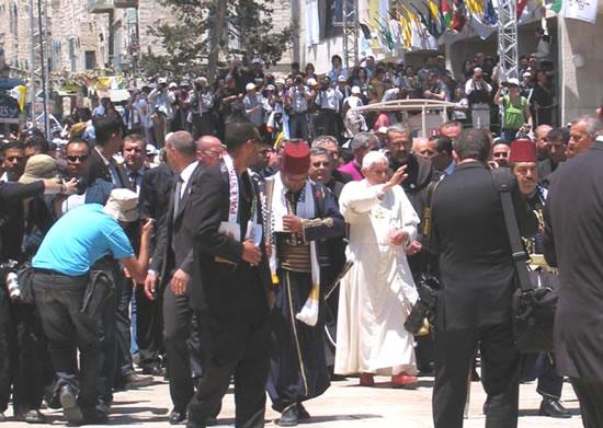 Il Papa tra la folla di fedeli nella piazza della Mangiatoia a Betlemme. (foto Cts)