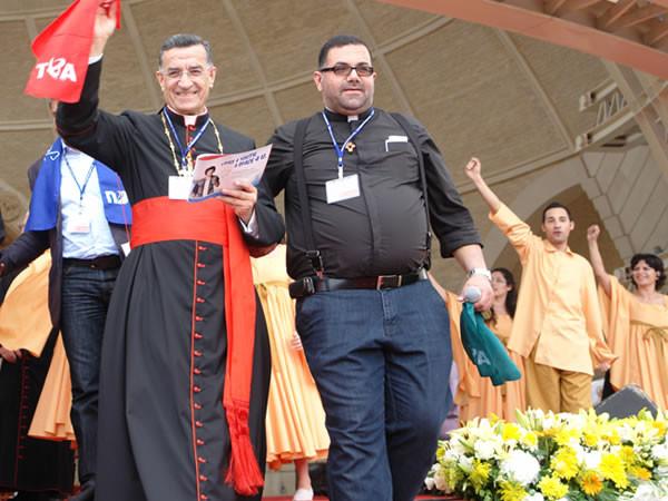Sorridente, il patriarca maronita Béchara Raï saluta i giovani convenuti.