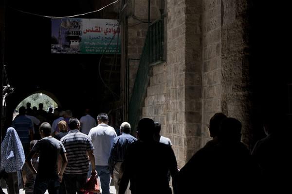 In una via di Gerusalemme vecchia fedeli musulmani diretti alla Spianata delle moschee per la preghiera di mezzogiorno durante il mese di <i>Ramadan.</i> [fotogallery 1/7]