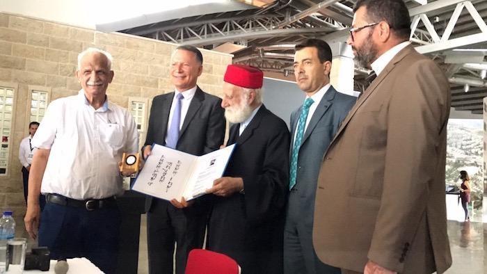 Una delegazione samaritana consegna un riconoscimento all'imprenditore Bashar Al Masri (secondo da sinistra).