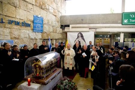 Il delegato apostolico, mons. Antonio Franco, presiede una breve cerimonia religiosa all'arrivo dell'urna all'aeroporto.