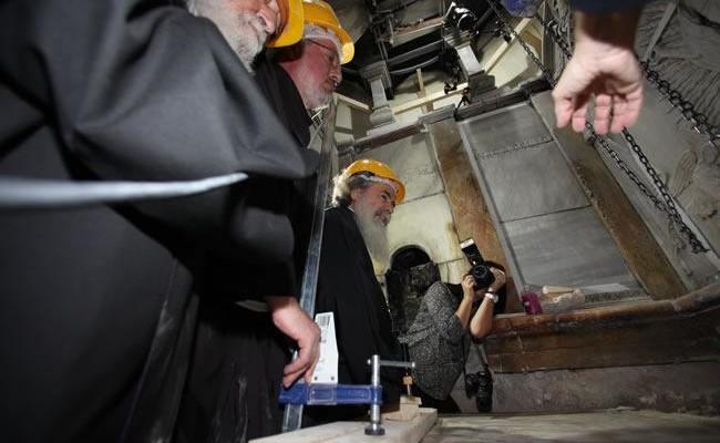Le autorità religiose responsabili della basilica constatano l'andamento dei lavori al Sepolcro di Gesù.
