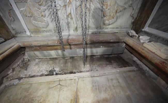 Di nuovo la lastra di marmo che viene fatta slittare verso il muro opposto dell'angusta cappella.