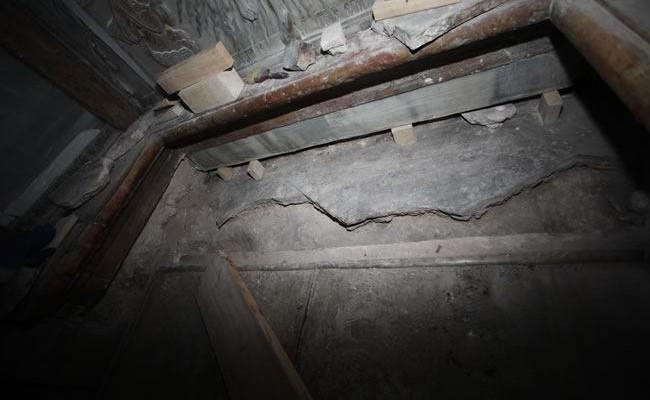 Al di sotto c'è una lastra più antica, spezzata e con un frammento di croce inciso al centro (non visibile nella foto).