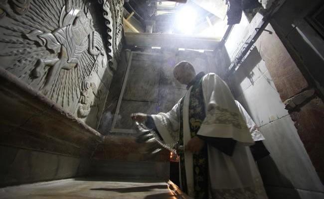 La lastra del rivestimento marmoreo è nuovamente al suo posto. L'altare viene incensato da un frate.