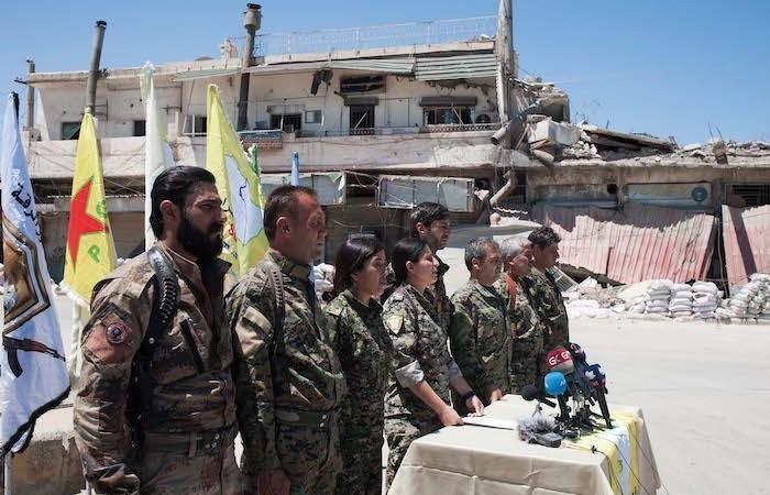 Combattenti delle Forze democratiche siriane durante una conferenza stampa. (foto Linda Dorigo)