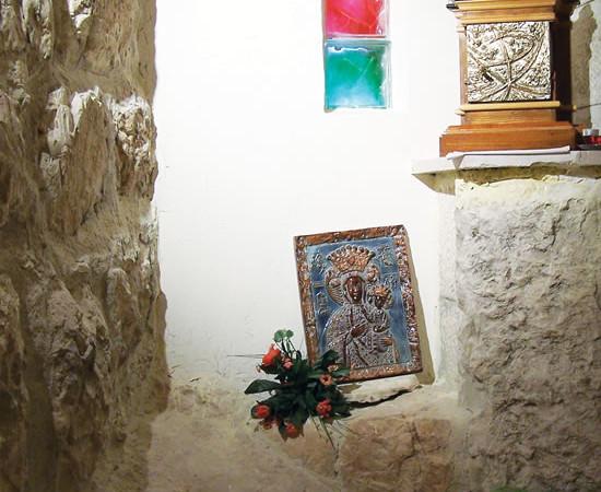 Gerusalemme. Angolo per la preghiera in una delle casette che formano il Romitaggio presso il Monte degli Ulivi.