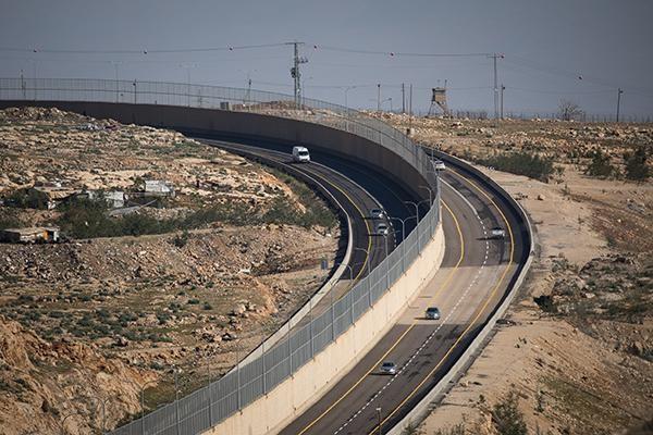 Cisgiordania, la strada col muro incorporato