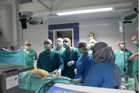 Un'<i>équipe</i> medica in sala operatoria durante l'esecuzione di un intervento chirurgico in laparoscopia. [1/2]