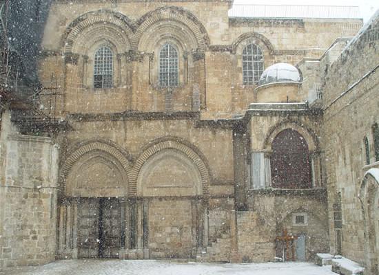 Gerusalemme, un'inconsueta istantanea del Santo Sepolcro sotto la neve. (foto P. Baranowski)