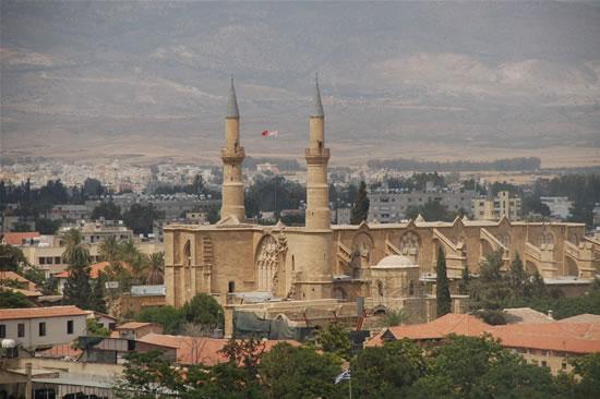 Tra i tetti della Nicosia turca svettano i minareti della moschea Selimiye, già cattedrale latina di Santa Sofia edificata nel XIII secolo sotto il regno dei Lusignano.